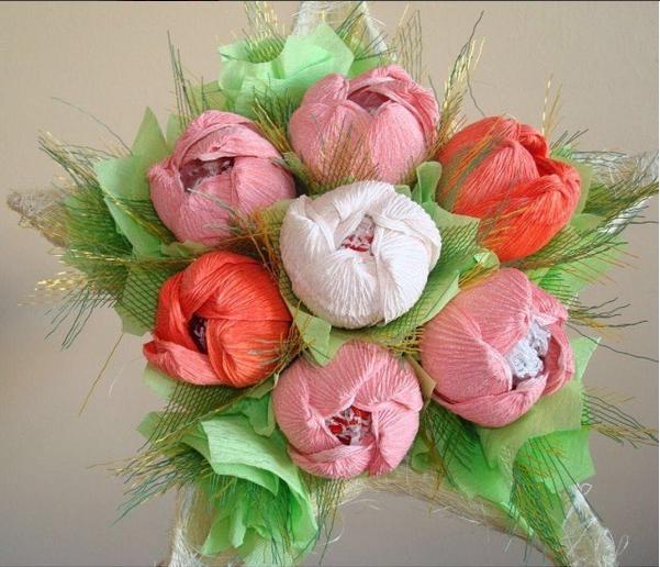 Цветы из конфет и гофрированной бумаги в корзинке своими руками